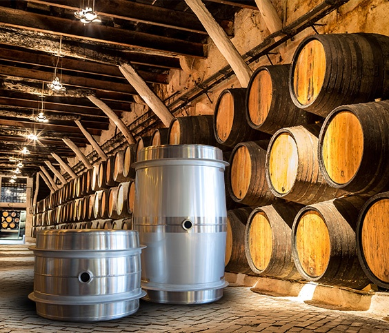 Weinfässer aus Stahl im Kontrast zu Weinfässern aus Holz