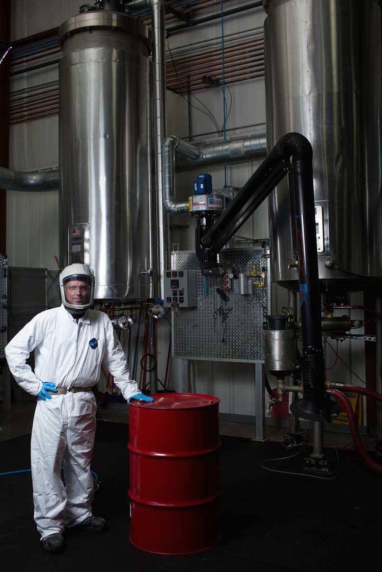 Arbeiter in einem Werk der chemischen Verarbeitung