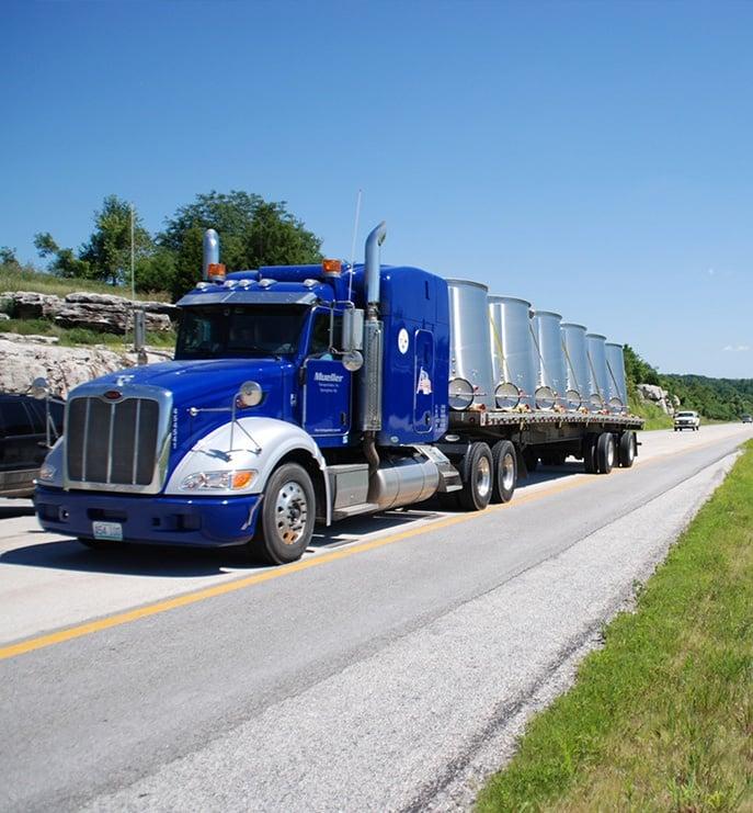 Mit Weinfässern beladener LKW von Mueller Transportation